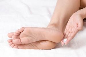 Мазать ноги кремом